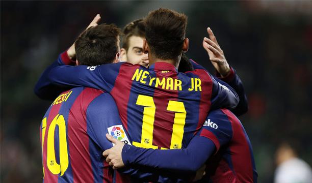 Los jugadores del FC Barcelona celebran su sexto gol ante el Elche durante el partido de la vigésima jornada de liga en Primera División que se disputa esta tarde en el estadio Martínez Valero. EFE/