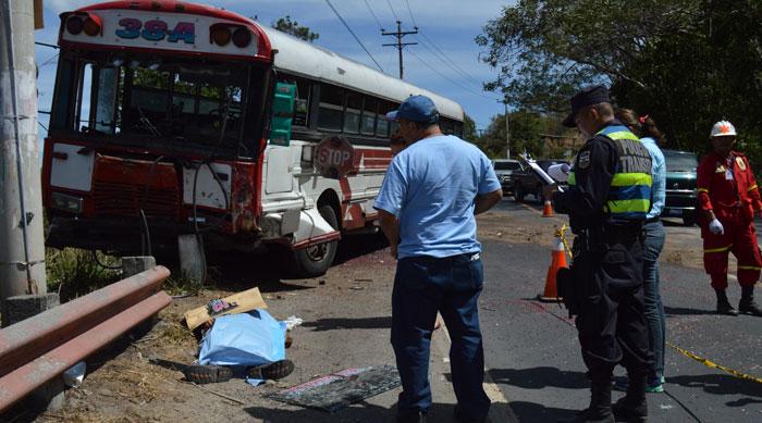 El comerciante de grano, José Roberto Portillo, falleció al momento de impactar con el bus. /J.M.
