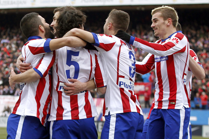 El delantero croata del Atlético de Madrid Mario Mandzukic (i) celebra con sus compañeros el gol que acaba de marcar, el cuarto del equipo, durante el partido frente al Real Madrid. EFE