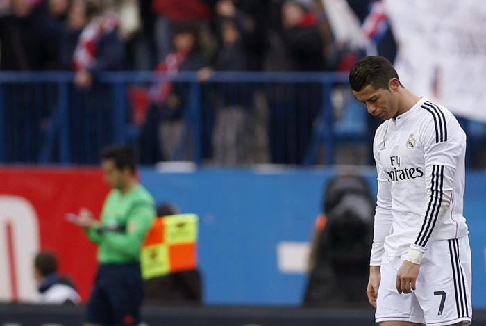 El delantero portugués del Real Madrid, Cristiano Ronaldo, muestra su decepción durante el partido frente al Atlético de Madrid. EFE