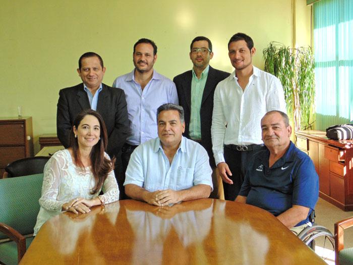 Ernesto Telles,centro, es el nuevo presidente de Federación Salvadoreña de Tenis. /DEM