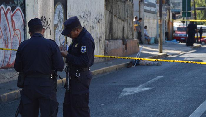 Un supuesto asaltante de un bus fue asesinado ayer en el centro de San Salvador. /WILSON URBINA