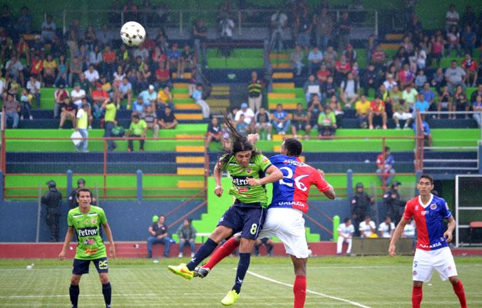 Santa Tecla, líder por diferencia de goles, recibe hoy a FAS en el estadio Las Delicias. /DEM
