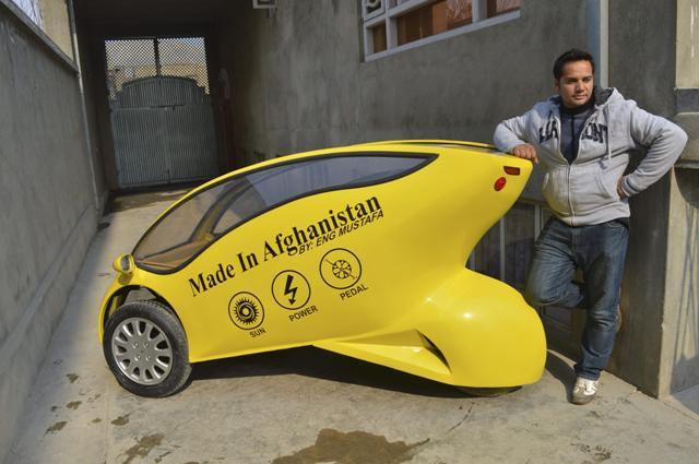 GRA259. KABUL (AFGANISTAN) 01/03/2015.- Imagen del 31 de enero de 2015 del afgano Mustafa Mohammadi en su casa en Kabul junto al vehículo solar, eléctrico y a pedales Photon, inventando por el joven ingeniero. El técnico de 25 años fabricó en 45 días un coche ecológico para dar una oportunidad tanto al aire contaminado de Kabul como a los miles de personas que no pueden costearse un vehículo. Entre drones, atentados y un conflicto que lejos de atenuarse amenaza con profundizarse, algunos afganos siguen inventando e innovando en las condiciones más complicadas para responder a problemas cotidianos como la contaminación, los atascos o un transporte barato para los que menos tienen. EFE/BABER KHAN