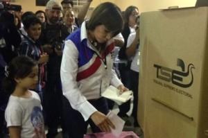 Ana Vilma de Escobar acudió a votar al Centro de Ferias y Convenciones, en San Salvador. /CORTESÍA