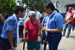 Algunos boy scout orientaron a los adultos mayores sobre la JRV donde debían votar al interior del Centro Escolar Marcelino García Flamenco, en San Vicente./W.U.