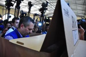 VOTACIÓN. El candidato de ARENA emitió su voto bajo gritos de apoyo y algunos de rechazo. /O.M.