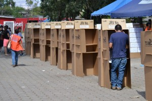POCO INTERÉS POR VOTAR. Dos horas y media del cierre del principal centro de votación de Santa Ana, el estadio Óscar Quiteño, se contaban 95 votos en una JRV. /WU