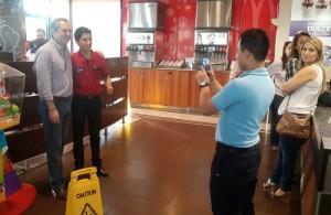 DESAYUNO. El candidato junto a su equipo y familia desayunaron en un restaurante capitalino./O.M