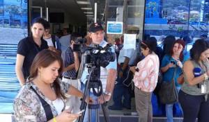 Periodistas a la espera de Funes. Foto: @OscarMachon/DEM.