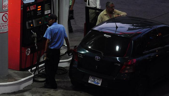 Como un reflejo del mercado internacional, los combustibles se encarecen en el país. /DEM