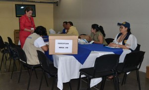 Las mesas de escrutinio se reunieron ayer pero no contaron votos. Solo realizaron el acta de apertura de escrutinio. /JMARTÍNEZ