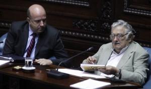 El expresidente de Uruguay, José Mujica (d), habla junto a senador del Partido Colorado (PC), Germán Coutinho (i), durante la sesión donde Mujica asumió el cargo de senador. EFE