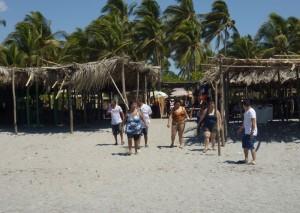 La familia Hernández, tras votar muy temprano llegó desde Santa Ana a disfrutar en el balneario del kilo 14 en la Costa del Sol.