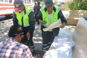 Un representante fiscal inspeccionaba papeletas de votación encontradas en acera de Teatro de Cámara de San Salvador. /PABLO COROZO