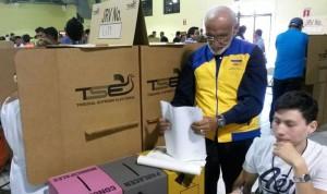 Roberto Cañas, candidato a alcalde por el CD, votó en la JRV 611. /DEM