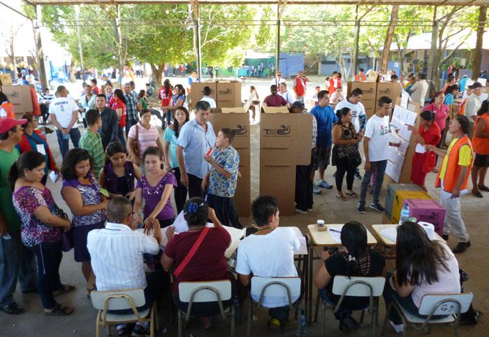 El centro Fe y Alegría, en San Miguel. En la tarde se reportaba una asistencia de 180 votantes por mesa, un 36%. /WILMER LIZAMA