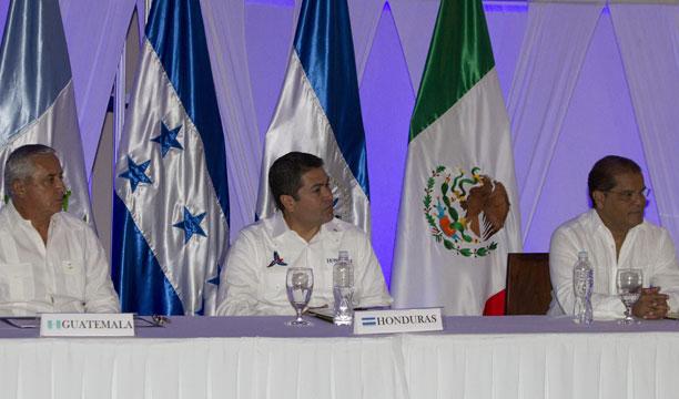 El presidente de Honduras, Juan Orlando Hernández (c), su homólogo de Guatemala, Otto Pérez (i) y el vicepresidente de El Salvador, Óscar Samuel Ortiz Ascencio (d), participan el jueves en una reunión preparatoria en Honduras. /EFE