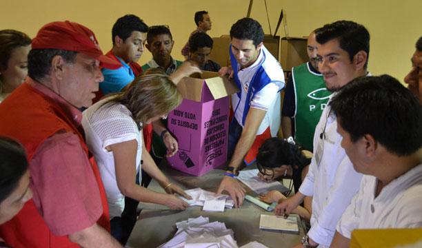 El conteo de los votos por los concejos municipales se hace por bandera. /DEM