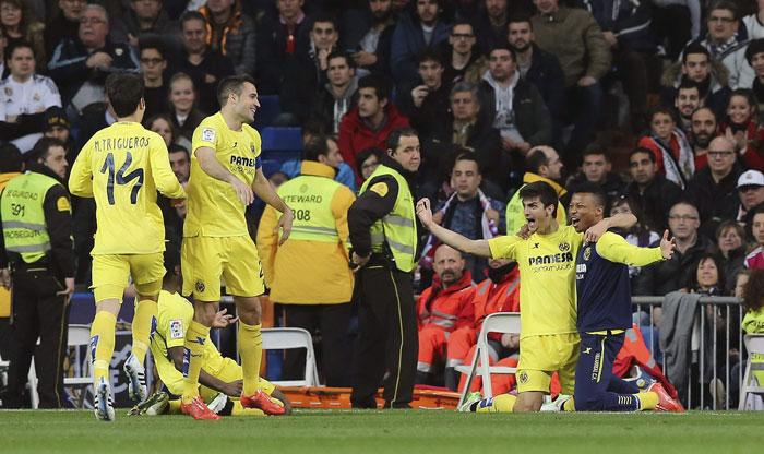 Los jugadores del Villarreal celebran el empate ante el Real Madrid en el estadio Santiago Bernabéu. /EFE