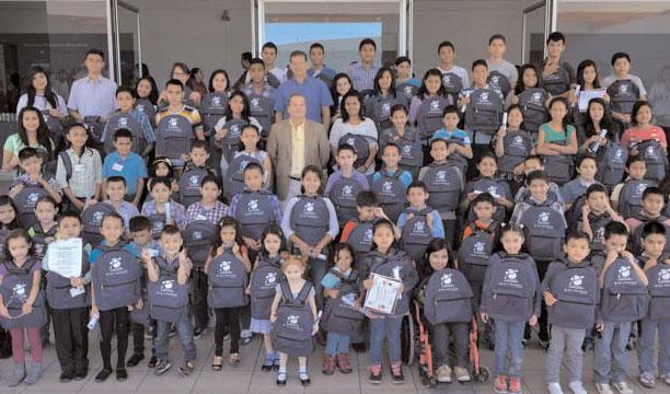 Raúl Cardenal, presidente de BAC Credomatic acompaña a los niños y jóvenes beneficiados con las becas. /DEM