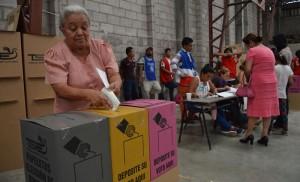 Algunas Juntas Receptoras de Votos (JRV) iniciaron antes el conteo de los concejos municipales antes que los de los diputados del Parlacen y la Asamblea Legislativa. /DEM