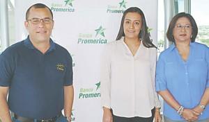 Carlos Ortiz, representante de Amate Travel; Marta Sigüenza y Ligia de González de Promerica./J.M.