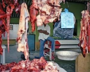 La imagen remite al corte con que los paramilitares mutilaban a sus víctimas, inspirado en la manera en que cortaban la carne de cerdo. EFE