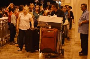 Peregrinos llegando anoche al aeropuerto. /W.U.