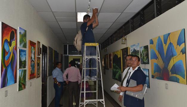 Trabajadores de la Asamblea hacen los últimos arreglos en el pasillo que dirige al Salón Azul. También quitaron cuadros de junta directiva legislativa 2012-2015. /Ernesto martínez