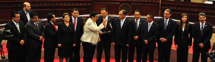 Lorena Peña (al centro) conversa con Guillermo Gallegos. Francisco Merino escucha atento. Todos están por juramentarse como parte de la nueva junta directiva de la Asamblea Legislativa. /ó.m.