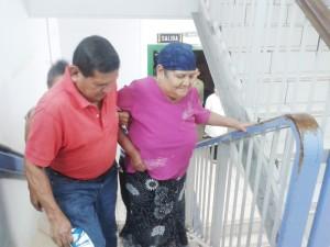 Sin elevadores en Especialidades. Carmen Martínez, de 65 años, estuvo a punto de desfallecer al tener que dejar la silla de ruedas y subir por las gradas para la consulta en oncología.