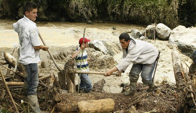 Habitantes de la región realizan labores de búsqueda. EFE