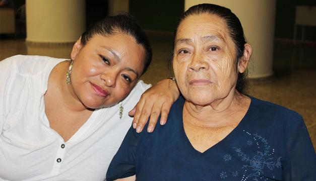 Cecilia (hija) y Lucrecia (madre) están agradecidas con Romero por curar la enfermedad del hijo y nieto de ambas. /J.M.