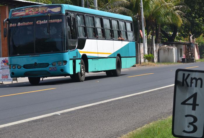 Una unidad de la ruta 125 circula en la zona del ataque. Foto: Ernesto Martínez/DEM.