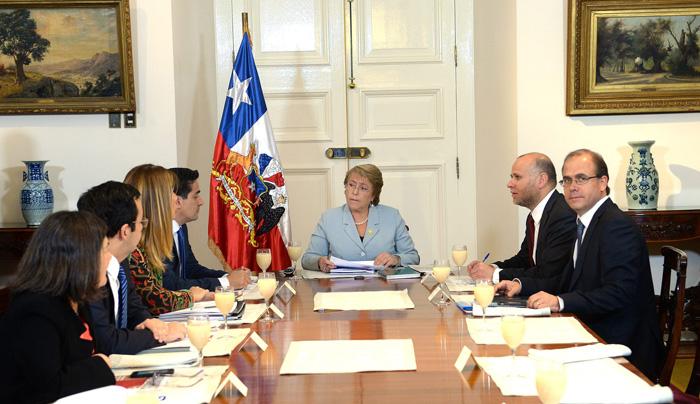 La presidenta de Chile, Michelle Bachelet (c), durante su reunión con ministros miembros del Comité de Política. EFE