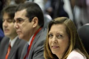 La directora para EEUU del Ministerio de Relaciones Exteriores de Cuba, Josefina Vidal Ferreiro (der.) y José R. Cabañas, jefe de la Sección de Intereses de Cuba en Washington (EFE)