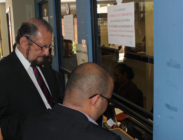 El Director del ISSS, Ricardo Cea, presentó ayer por la tarde el escrito ante el Juzgado Primero de la Laboral. / ISSS
