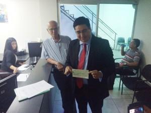Douglas Avilés, del CD, llevó ayer un cheque por $78 mil a la unidad financiera del TSE. /CORTESÍA CD