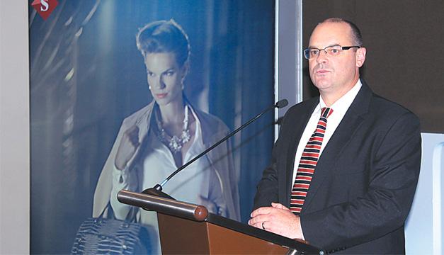 Gregory Hawener, gerente regional de mercadeo de Almacenes Siman, explica la nueva campaña. /Pablo Corozo