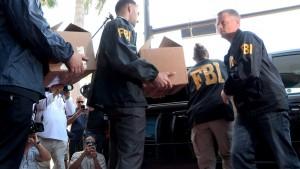 Agentes del FBI retiran documentos de la sede de la Concacaf. /EFE