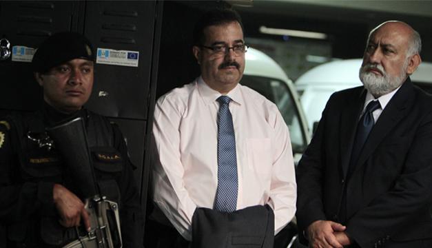 El presidente del Banco de Guatemala (central), Julio Roberto Suárez (c), es detenido hoy, miércoles 20 de mayo de 2015, por su supuesta implicación en un caso de fraude en el Seguro Social, informó el Ministerio Público (MP-Fiscalía). EFE