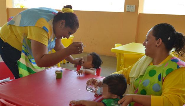 Internas en fase de semilibertad cuidan de los infantes. /E.M.