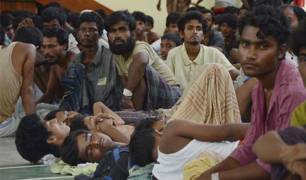 Inmigrantes rohingyas, una minoría que las Naciones Unidas considera apátrida, descansan en una comisaría en Kuah, Langkawi, Kedah (Malasia) hoy, lunes 11 de mayo de 2015. EFE