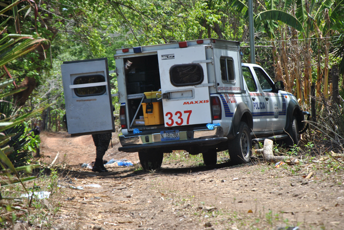 Dos patrullas policiales frente a una de las casas donde ocurrieron los asesinatos de seis de los siete pandilleros. /MARISELA ÁVILA