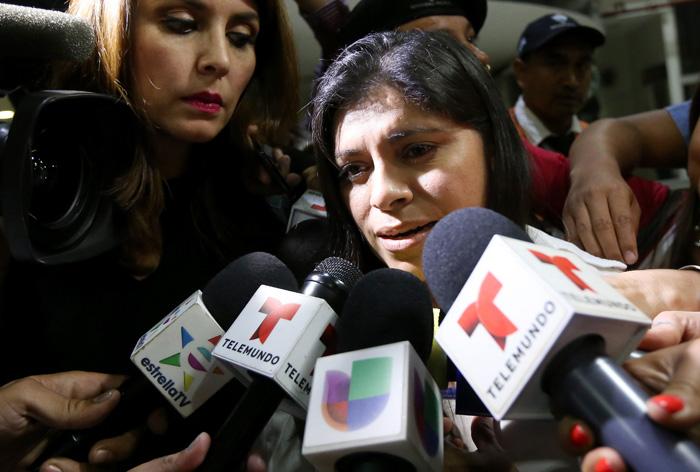 Dorotea García (c), madre de Alondra Diaz, la menor presuntamente secuestrada por su padre. EFE