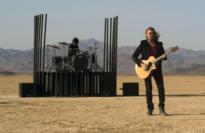 """Los miembros del grupo Maná durante la grabación de un videoclip de su último disco """"Cama Incendiada"""", en el desierto de Mojave, en Victorville (California). EFE"""