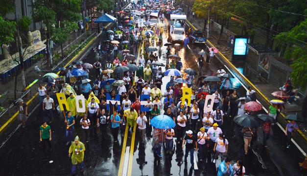 La procesión tuvo una masiva participación, las sombrillas y capas la llenaron de colorido. /Wilson Urbina