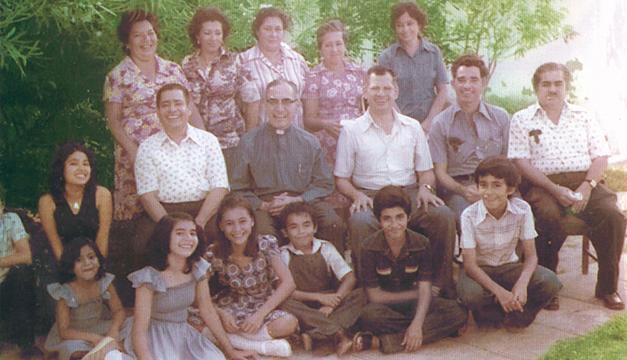 Gaspar Romero (centro) junto a su hermano y el resto de la familia. /Archivo UCA