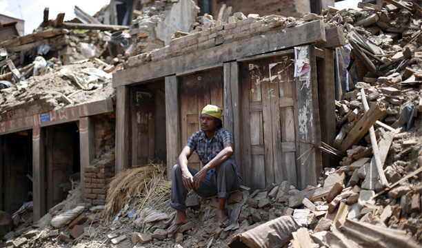 Un hombre descansa sobre los escombros un día después del nuevo terremoto en Bhaktapur (Nepal) hoy, miércoles 13 de mayo de 2015. EFE